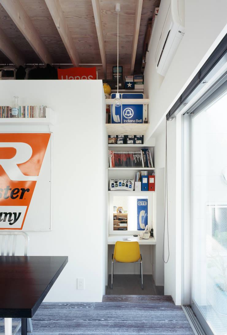 二階書斎コーナー: 津野建築設計室/troomが手掛けた書斎です。