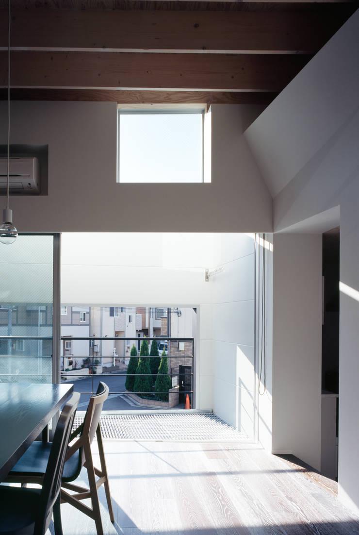 二階南側窓: 津野建築設計室/troomが手掛けた窓です。