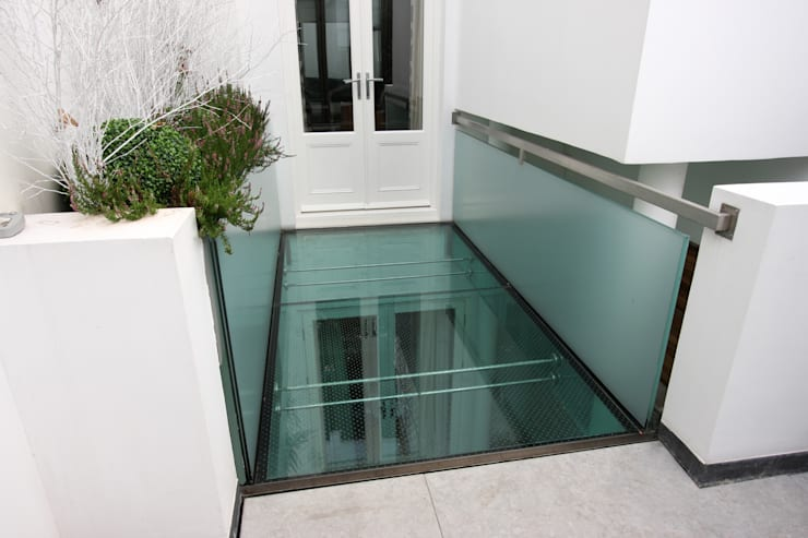 Lowndes Square: minimalistic Garden by IQ Glass UK