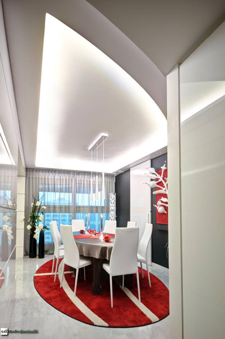Maison célèbre panneau - pranzo: Sala da pranzo in stile  di studiodonizelli