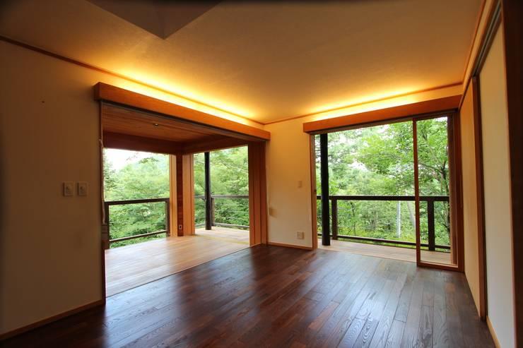改修後のリビングと奥のテラス の 一級建築士事務所 アトリエ カムイ