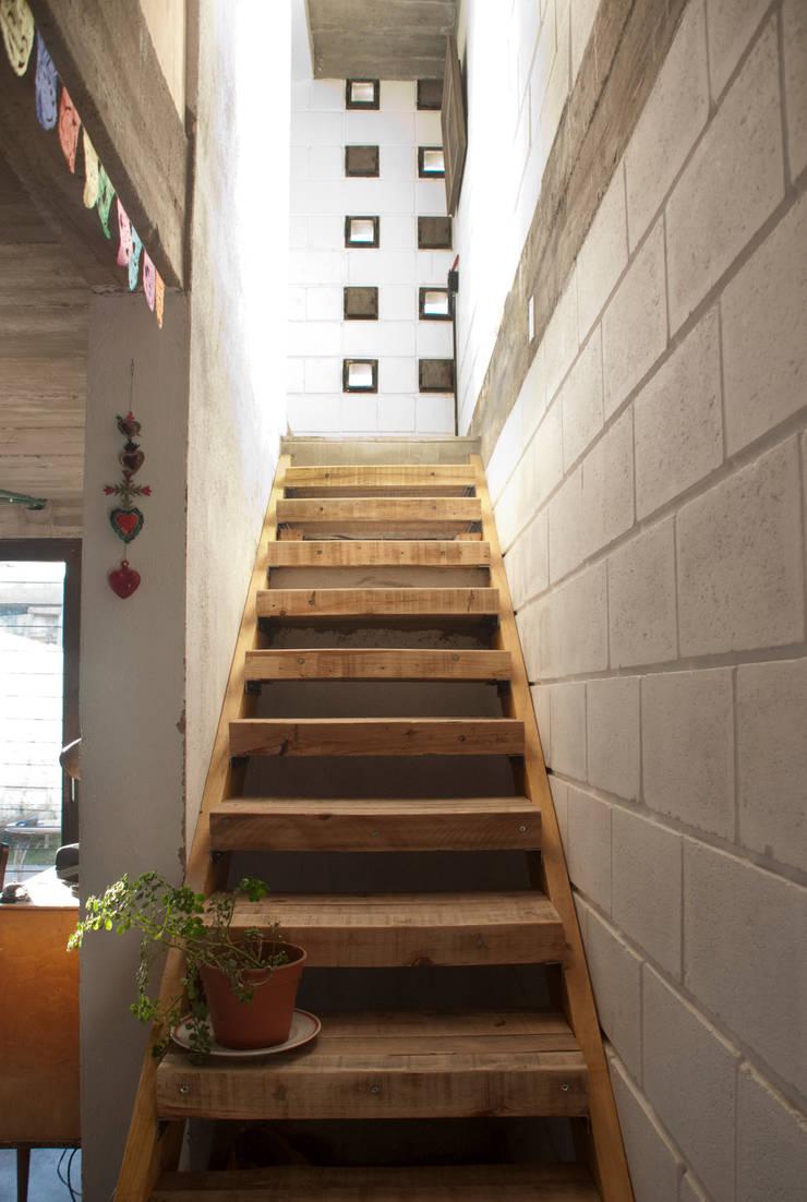 Casa La Blanca : Pasillos y recibidores de estilo  por MULA.Arquitectos
