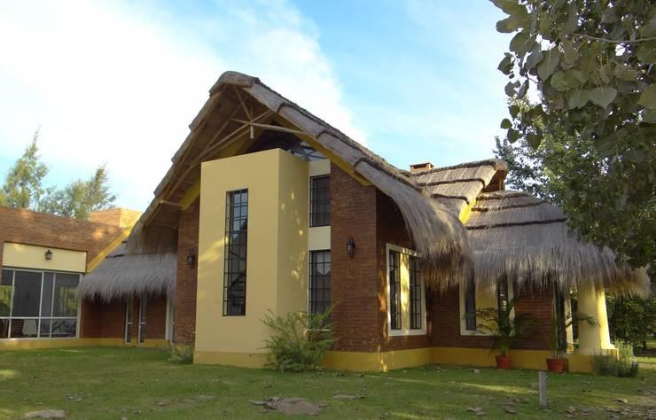 Solares de la Laguna – CLUB HOUSE: Bares y Clubs de estilo  por D'ODORICO OFICINA DE ARQUITECTURA