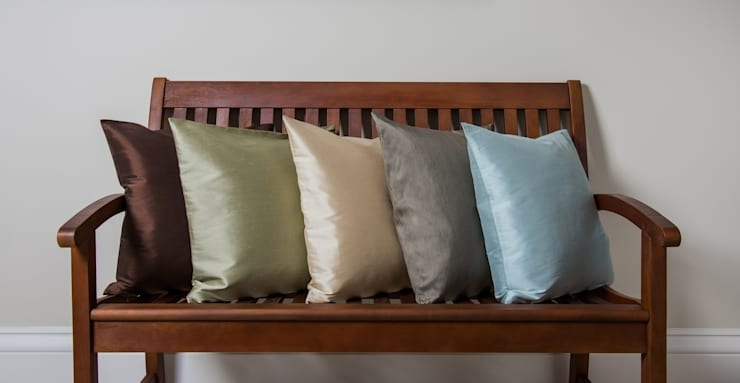 Classic Handmade Silk Cushions:  Living room by Le Cocon