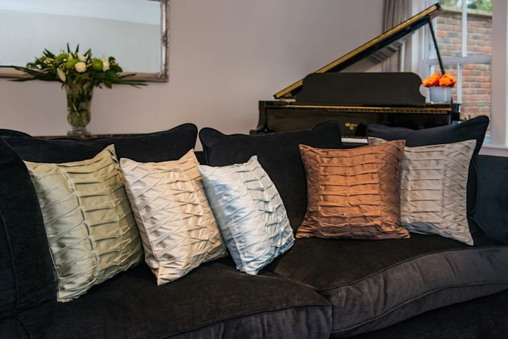 Hand Pleated Silk Cushions:  Living room by Le Cocon