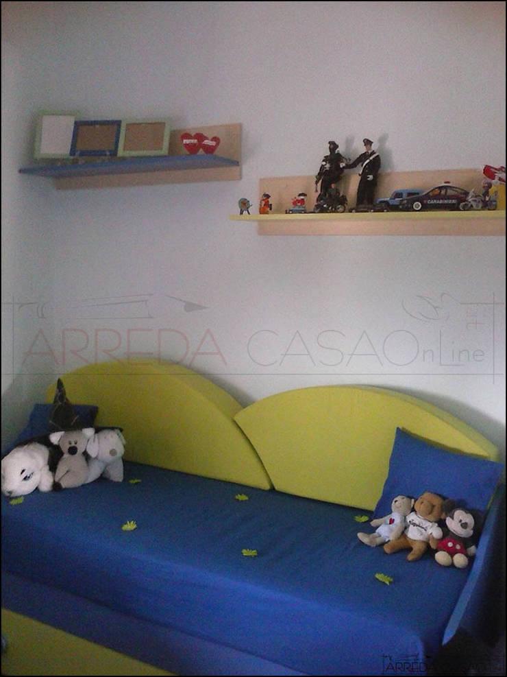 Divano letto e mensole verdi e blu: Camera da letto in stile  di ARREDACASAOnLine, Moderno