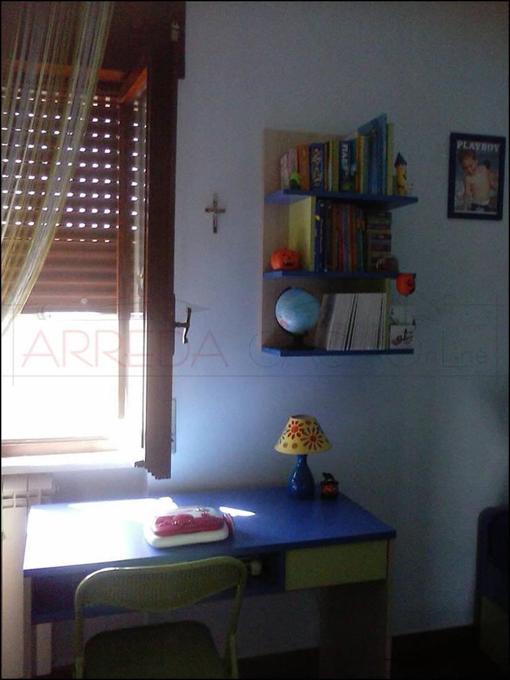 Scrivania e pensile/libreria: Camera da letto in stile  di ARREDACASAOnLine, Moderno