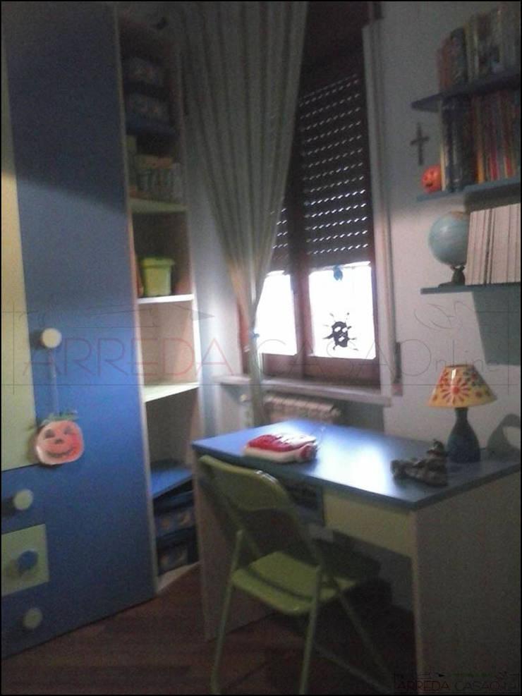 Angolo finestra sfruttato al meglio: Camera da letto in stile  di ARREDACASAOnLine, Moderno
