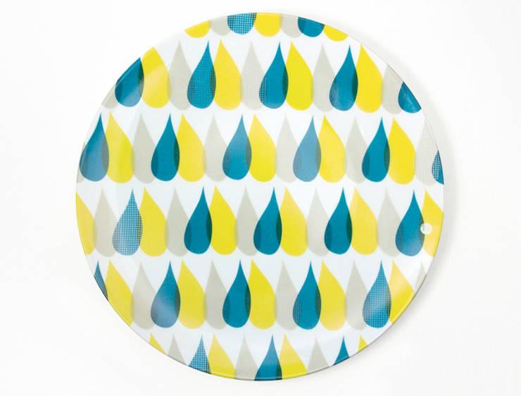 """Assiette graphique """"3 Gouttes de pluie"""": Salle à manger de style  par Petits Grains"""