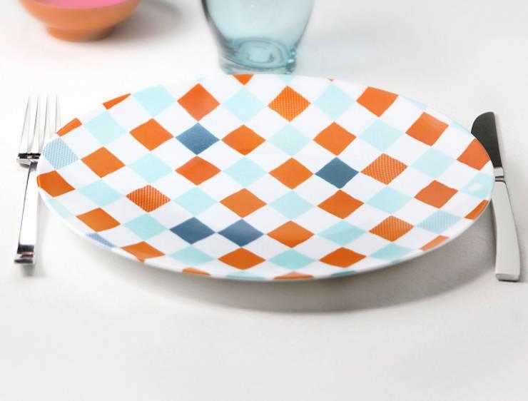 Assiette graphique <q>Les Pieds dans l'eau</q>: Salle à manger de style  par Petits Grains
