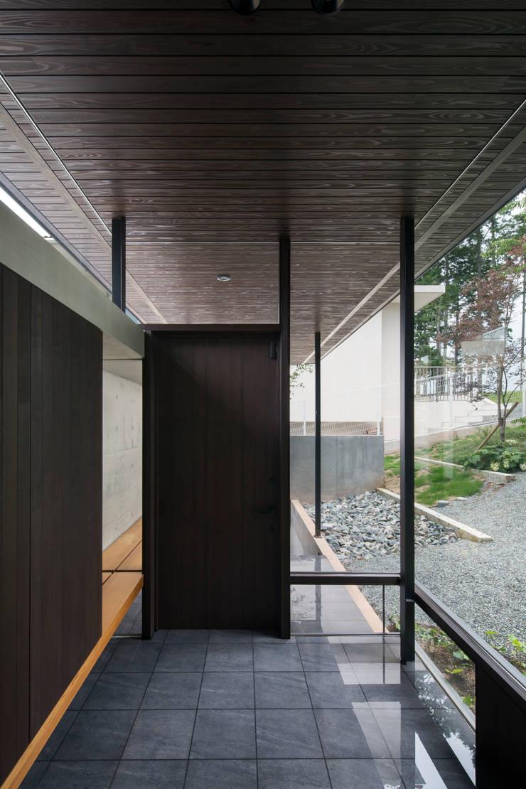 House in Sayo: 設計組織DNAが手掛けた廊下 & 玄関です。