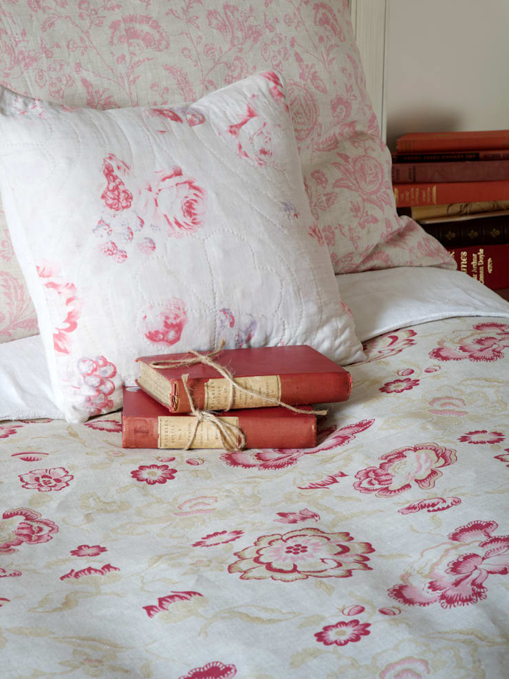 Bedroom:   by Cabbages & Roses