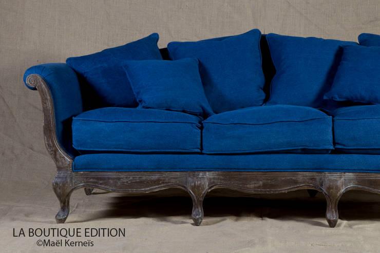 Canapé POMPADOUR Denim: Salon de style  par La Boutique Paris