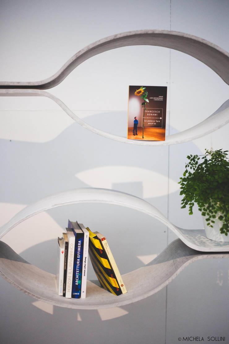 Libreria Voilà: Camera da letto in stile  di Alessandra Scarfò Design