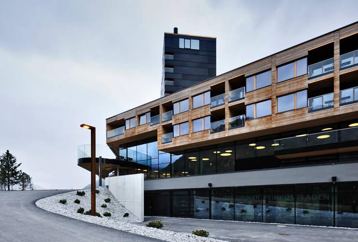 Gradonna Mountain Resort: Case in stile  di Ewo SRL