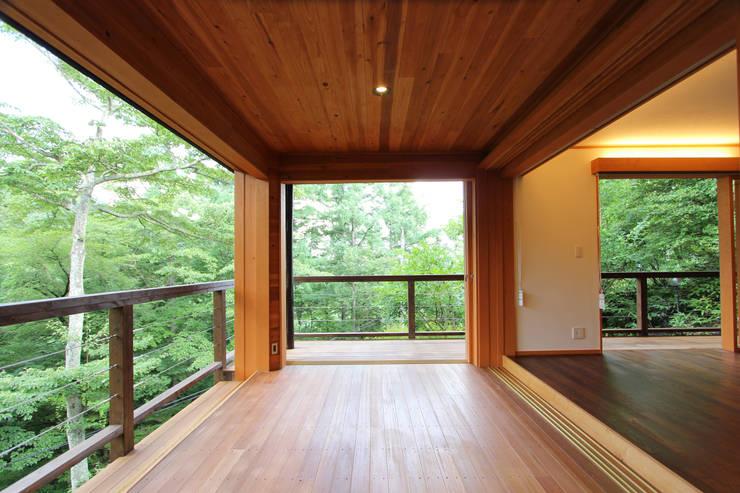 アウトリビング: 一級建築士事務所 アトリエ カムイが手掛けたテラス・ベランダです。