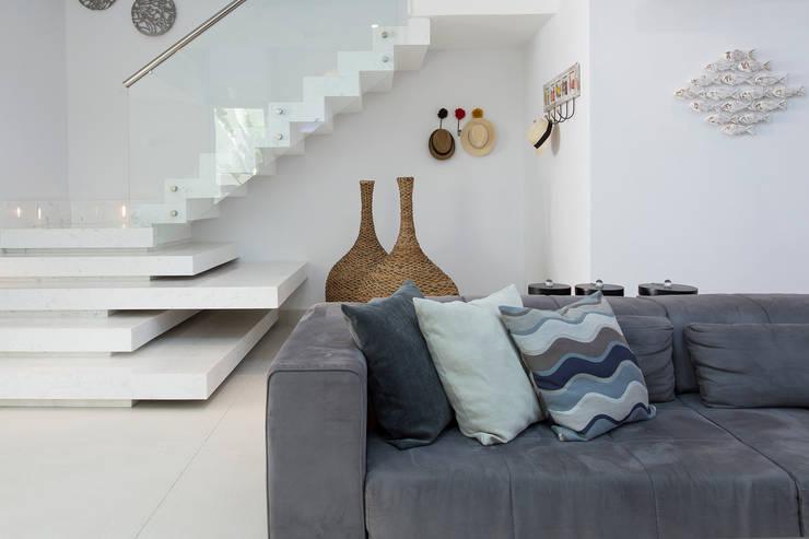 Condomínio Hanga Roa I: Salas de estar modernas por Arquitetura Pini