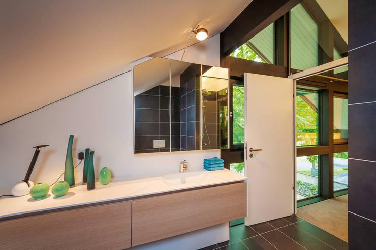 Ванные комнаты в . Автор – HUF HAUS GmbH u. Co. KG