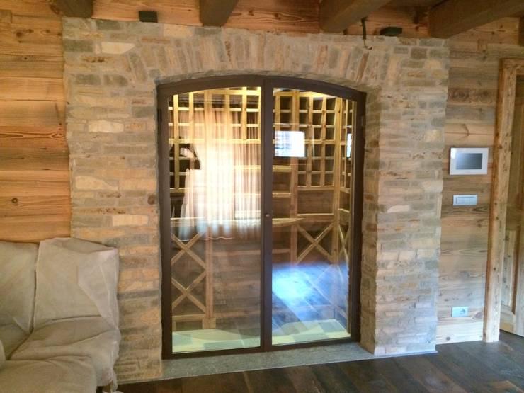 prywatny apartament w Megeve, Francja: styl , w kategorii Piwnica win zaprojektowany przez Bosc Vej s.r.l.