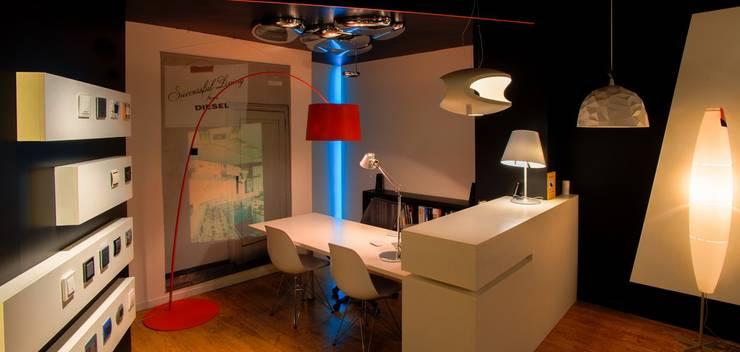 Showroom Iluminación y lámparas de diseño: Galerías y espacios comerciales de estilo  por Uno iluminación Valladolid