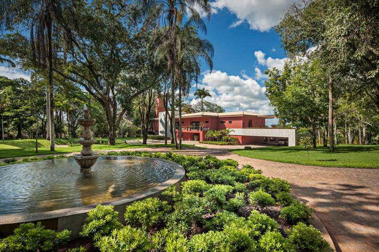 Fazenda Dores do Indaiá: Casa  por Gislene Lopes Arquitetura e Design de Interiores