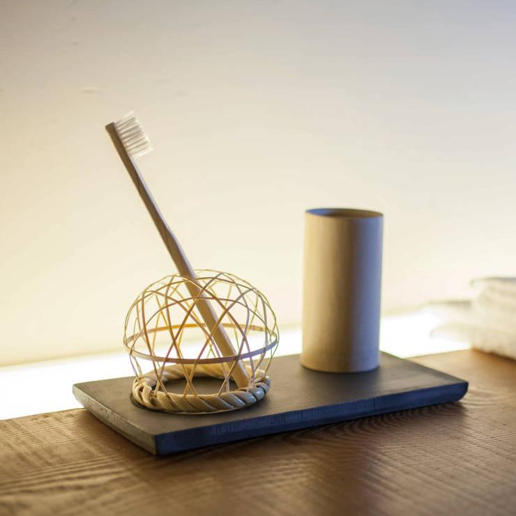 YUIRO  木製歯刷子 歯刷子スタンド(瓦・竹編み): STUDIO BYCOLORが手掛けた洗面所&風呂&トイレです。