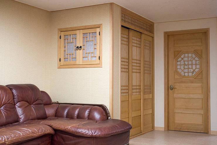 Ingresso & Corridoio in stile  di 한옥공간