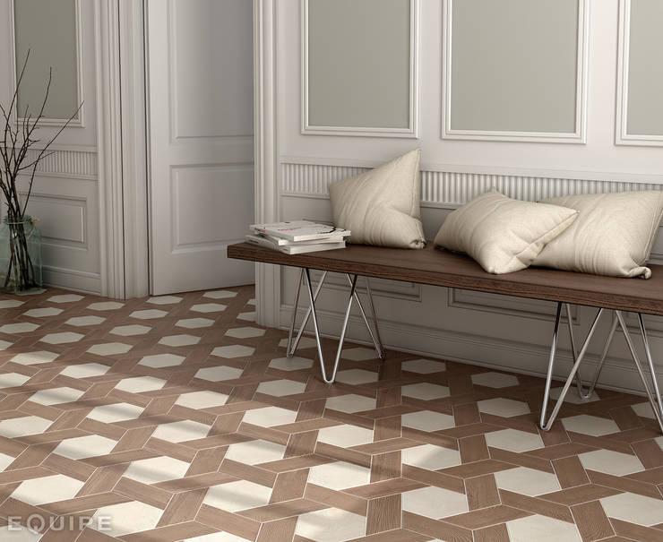Hexawood white 17,5x20 / Chevron Old right 9x20,5: Paredes y suelos de estilo  de Equipe Ceramicas