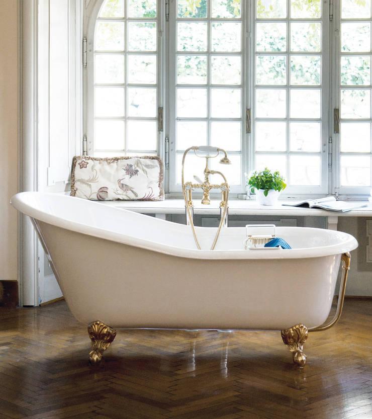 Vasca Jasmine: Bagno in stile  di Gentry Home,