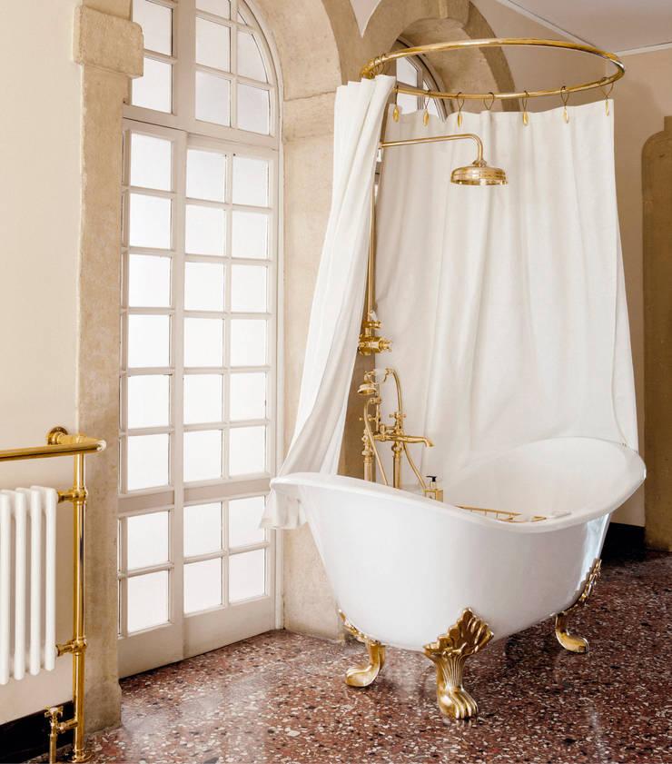 Vasca Tulip: Bagno in stile  di Gentry Home,