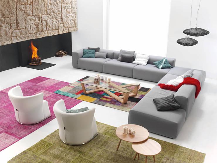 SUIT sofá: Salones de estilo  de BELTÁ & FRAJUMAR