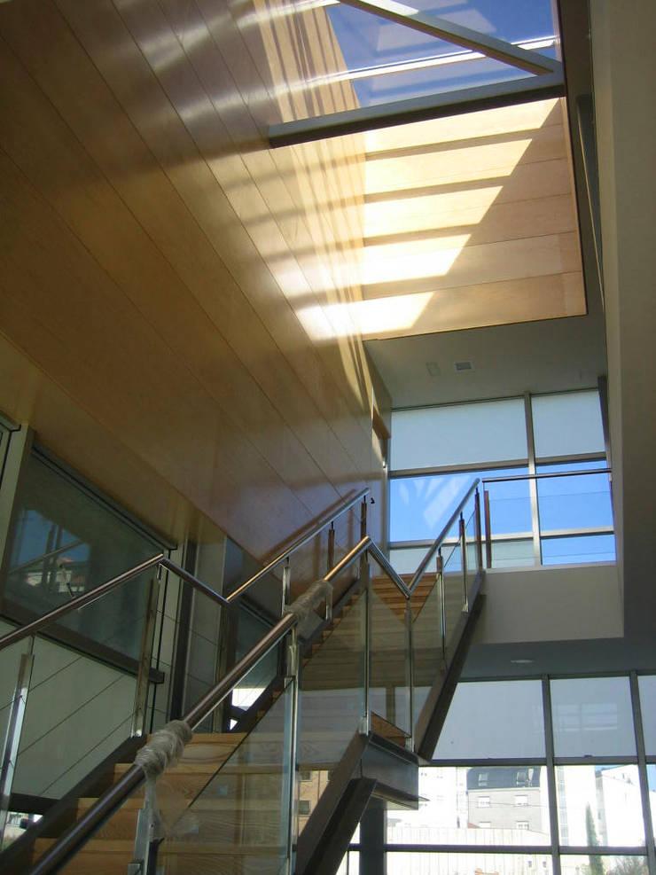 Centro Comarcal en Caldas de Reis:  de estilo  de NAOS ARQUITECTURA