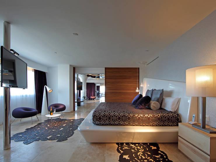 USHUAÏA IBIZA BEACH HOTEL: Hoteles de estilo  de BELTÁ & FRAJUMAR