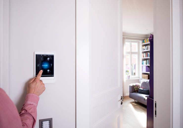 Multimedia in Stadtvilla:  Multimedia-Raum von Casa Integra - Solutions & HomeCinema,
