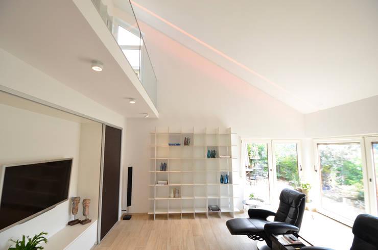 Umbau 90er Jahre Wohnhaus:  Wohnzimmer von HONEYandSPICE innenarchitektur + design,Modern