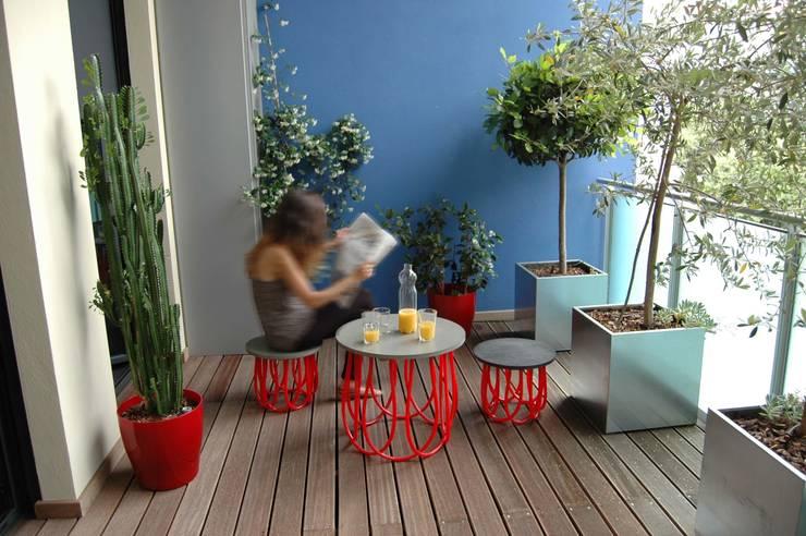 Table basse et tabouret - Marta: Maison de style  par JULIE LABBÉ