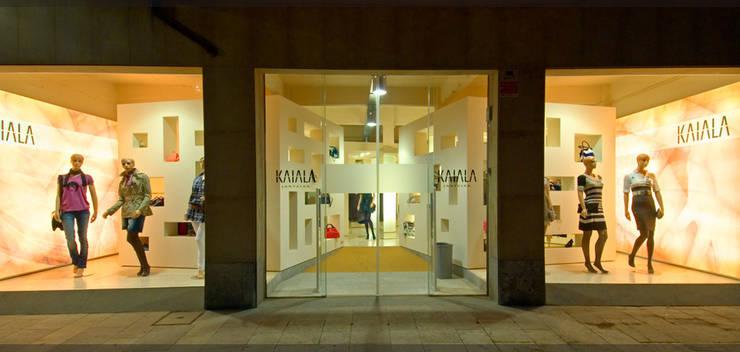 Tienda Kaiala..: Espacios comerciales de estilo  de Estudio TYL