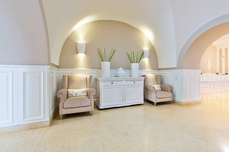 TENUTA TORRE GIULIA – SALA GIULIA –  (CERIGNOLA – FG): Ingresso & Corridoio in stile  di Studio Guerra Sas