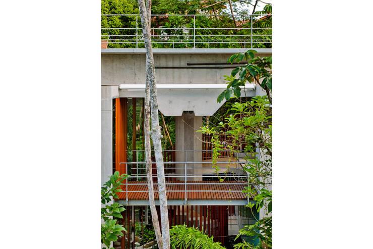 CASA EM UBATUBA:   por spbr arquitetos