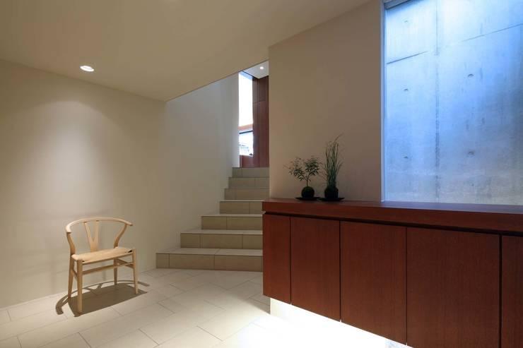 House in Fushimi: 設計組織DNAが手掛けた廊下 & 玄関です。,モダン