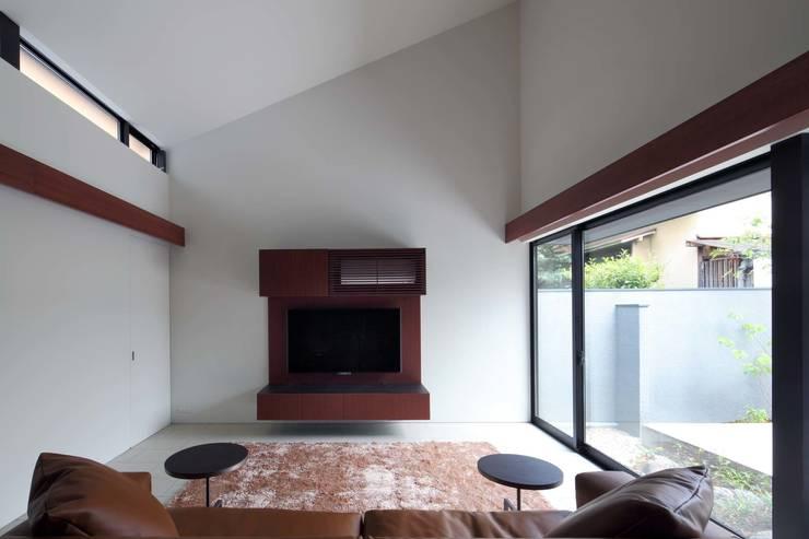 House in Fushimi: 設計組織DNAが手掛けたリビングです。,モダン