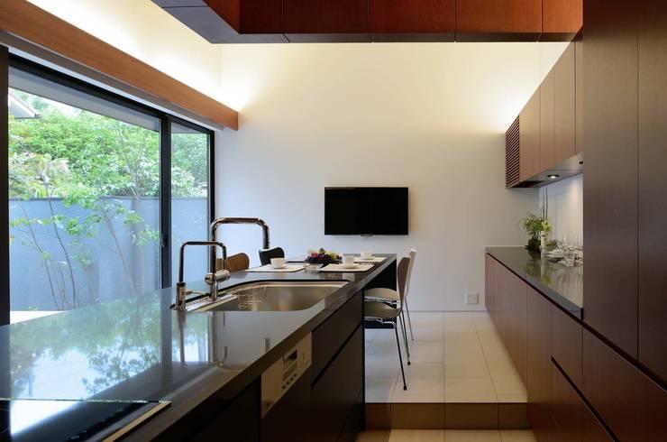 House in Fushimi: 設計組織DNAが手掛けたキッチンです。,モダン