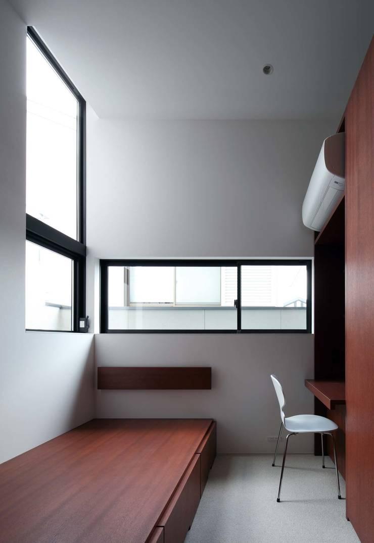 House in Fushimi: 設計組織DNAが手掛けた書斎です。,モダン