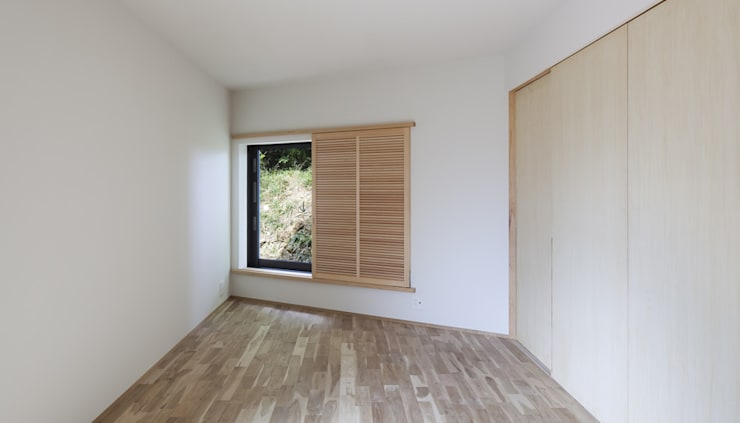 House in Umamioka: 設計組織DNAが手掛けた寝室です。
