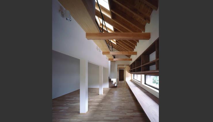 House in Umamioka: 設計組織DNAが手掛けた廊下 & 玄関です。