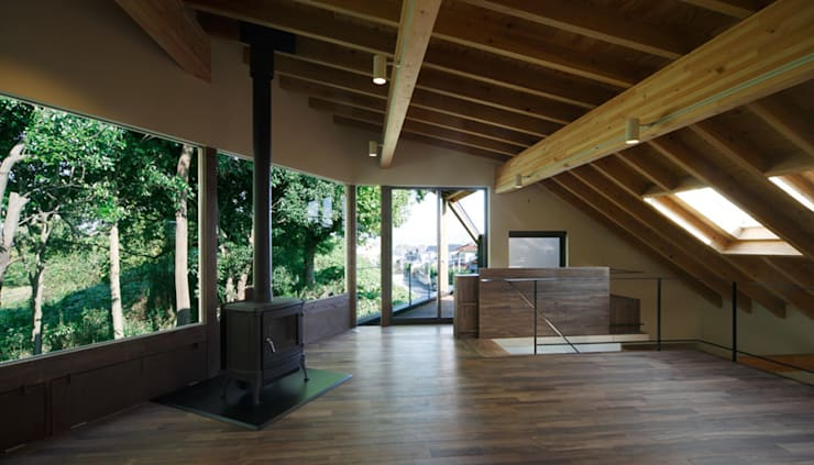 House in Umamioka: 設計組織DNAが手掛けたリビングです。