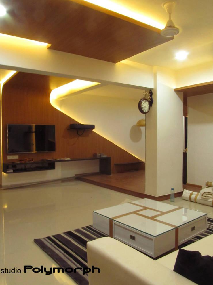 Nair house:   by Pankaj Mhatre Architects.