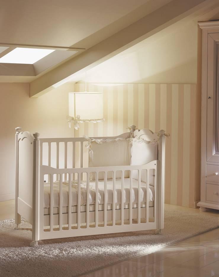 Quando nasce un bambino: Stanza dei bambini in stile  di De Baggis Srl