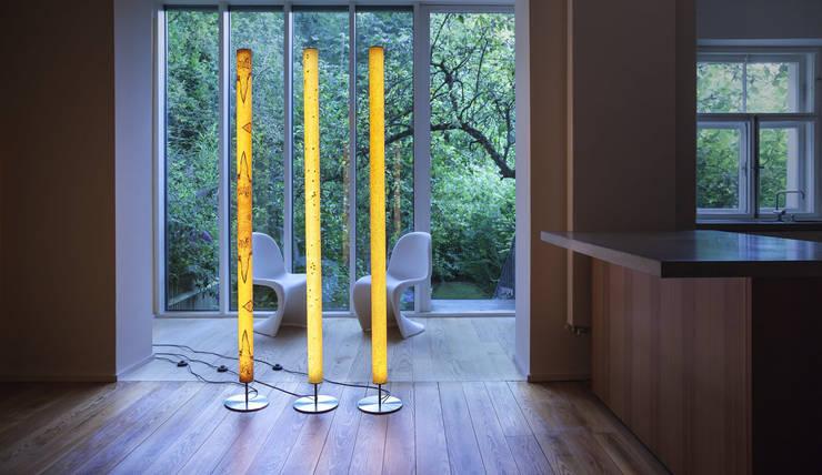 Stehleuchte LUM: klassische Wohnzimmer von raum12
