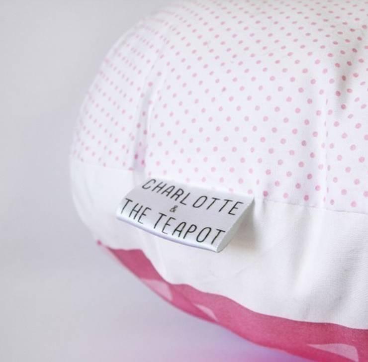 COUSSIN FAIT-MAIN – LE HIBOUX DORMEUR:  de style  par Charlotte and the teapot